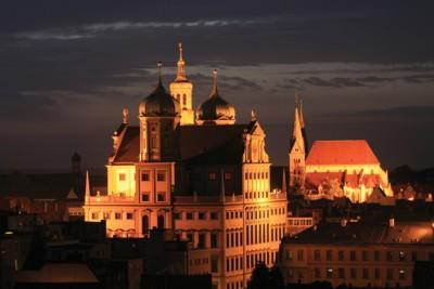 Das nächtliche Augsburg mit dem Rathaus im Vordergrund und dem Dom im Hintergrund. © Regio Augsburg Tourismus GmbH