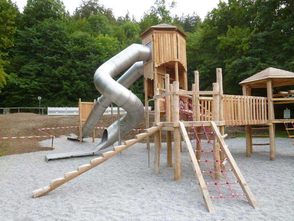 Der Spielplatz an der Nikolsburger Straße am Leinauer Hang wurde 2016 neu gestaltet. Wer die längsten Rutschen in Kaufbeuren ausprobieren möchte, muss hierher kommen